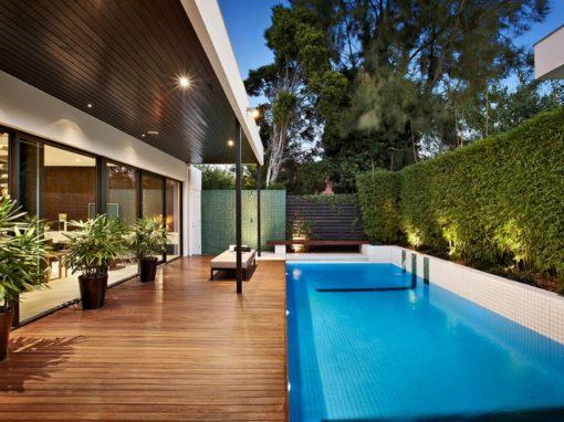 Tarima de exterior con piscina